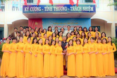 Tập thể CB, GV, NV trường TH Trần Quốc tuấn trong lễ tổng kết năm học 2019-2020